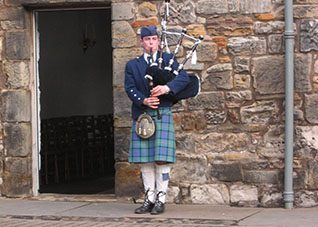Golfcourse St Andrews met bagpiper