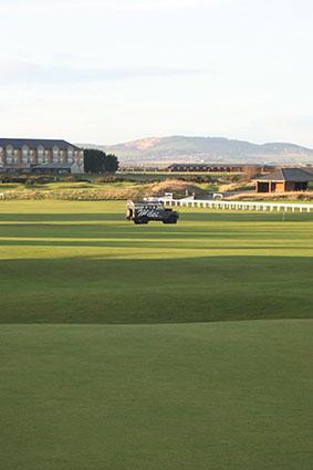 Miles Land Rover op de golfbaan van St Andrews